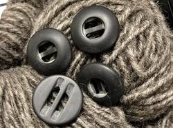 Puolipyöreä mattamusta muovinappi