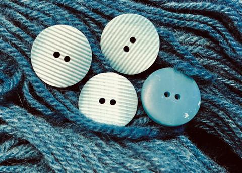 Kohoraidoitettu sininen muovinappi