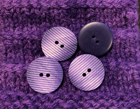 Kohoraidoitettu violetti muovinappi