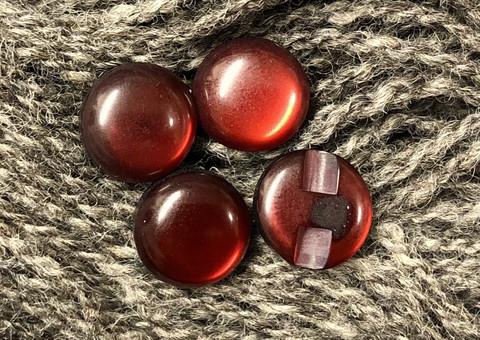 Puolipyöreä burgundinpunainen nappi