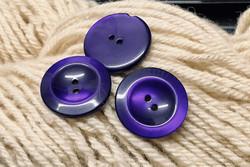 Sähäkän violetti muovinappi