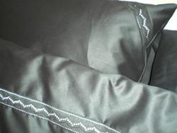 Tyynyliina -  Yönmusta satiinipuuvilla