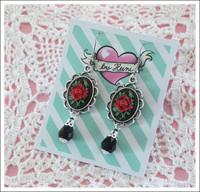 Cameo-korvakorut, Ruusu lasihelmellä, punainen/musta