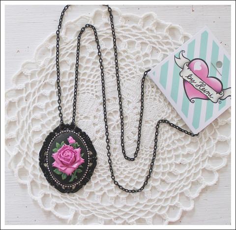 Cameoriipus ruusu, pinkki/musta 1