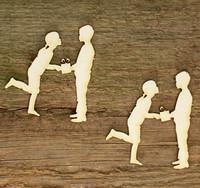 Lapset ja lahja - chipboardkuviopakkaus
