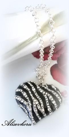 2814 Alise Design - Musta kristallisydän kaulakoru