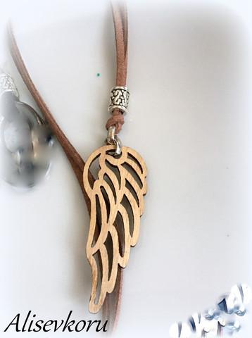 3968 Alise Design  Puinen siipiriipus nahka/ketju