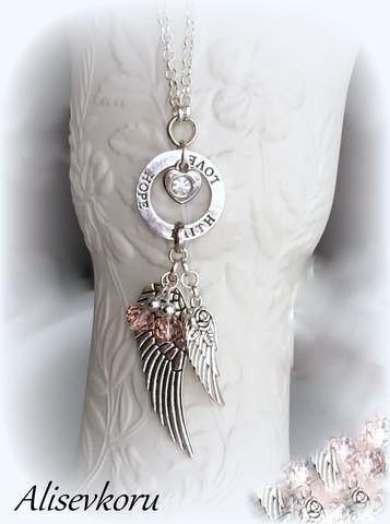 4021 Alise Design  Siivet kaulakoru kristalli/helmi omalla tekstillä