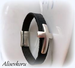 3502 Alise Design   Nahkaranneke risti