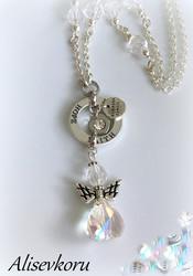 3785 Alise Design  Kristalli enkelikaulakoru, omalla tekstillä