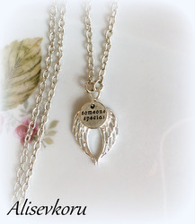 4114 Alise Design Siipien suojassa kaulakoru (Someone special)