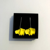 Harju, keltainen nappikorvakoru, tikkumalli