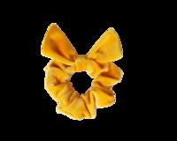 Keltainen schrunchie ponnari pupun korvilla