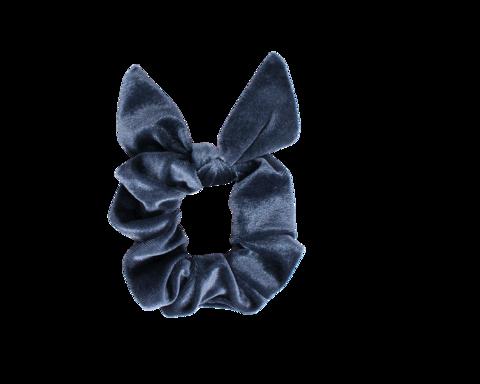 Sininen schrunchie ponnari pupun korvilla