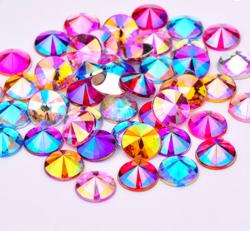 Sekoitus värikkäitä pyöreitä AB-ihotimantteja