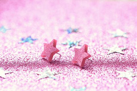Vaaleanpunaiset FHS-glittertähtinappikorvakorut