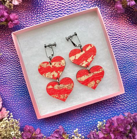 Punaiset kuparikiiltoisat sydänkorvakorut