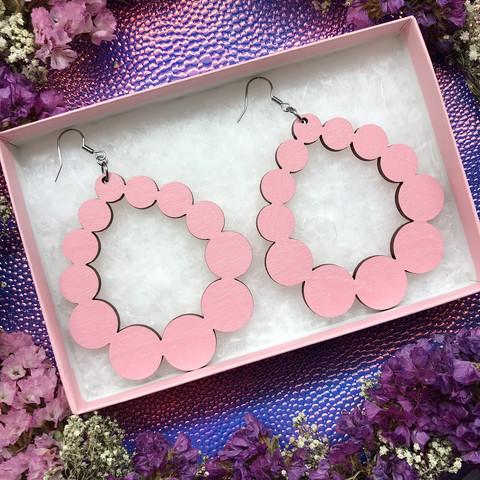 Vaaleanpunaiset vaneriset kuplapisarakorvakorut