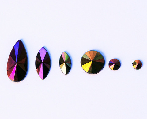 Sekoitus tummia kimmeltäviä AB-ihotimantteja