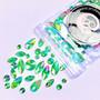 Erimuotoisia vihreitä kimmeltäviä ihotimantteja