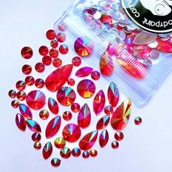 Erimuotoisia punaisia kimmeltäviä ihotimantteja