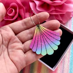 Rainbow Seashell -korvakorut renkaalla