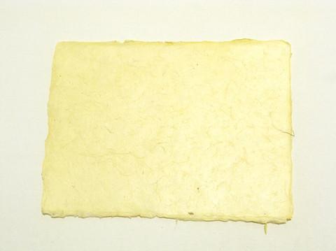 A4 vaaleankeltainen, revitty reuna