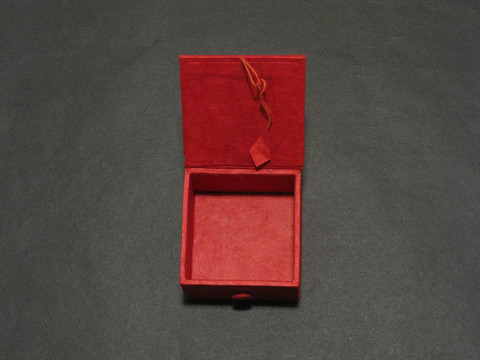 Kannellinen rasia, punainen