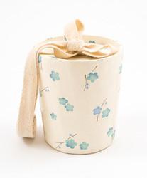 C01/732 kartiouurna, vaaleansiniset kukat, vauva