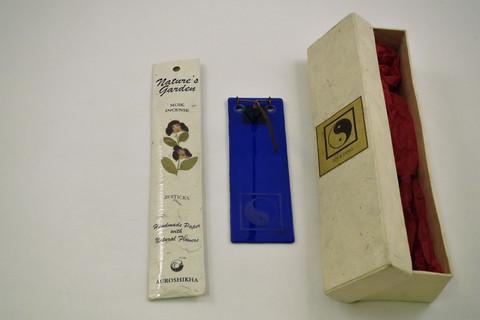 Lasinen suitsuketeline ja suitsukkeet Jin & Jang