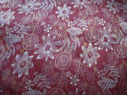 50x75 cm viininpunainen valko-kulta-kukkapainatus