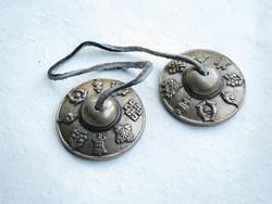 Tiibettiläiset, koristellut sormisymbaalit