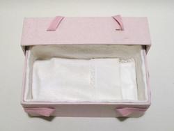 C16, vaaleanpunainen, 4-kulmainen vauva-arkku L