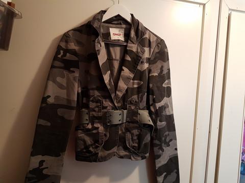 maastokuvioinen takki