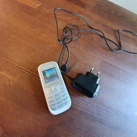 Puhelin (Samsung GT-E1200)