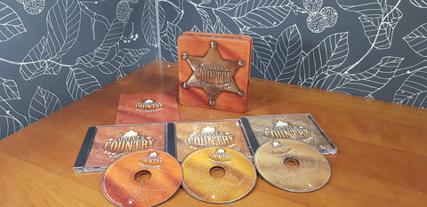 Forever Country -CD:t metallikotelossa