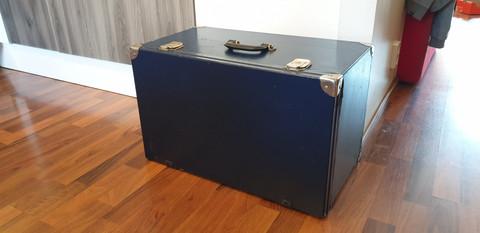 Säilytyslaatikko ulosvedettävillä hyllyillä
