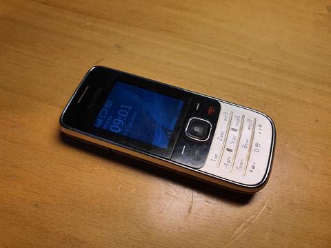 Puhelin (Nokia 2730)
