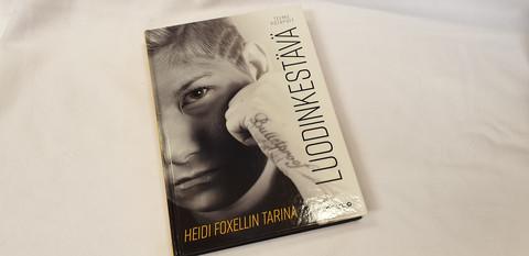 Kirja (Luodinkestävä - Heidi Foxellin tarina)