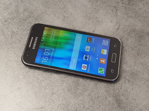 Puhelin (Samsung Galaxy J1)