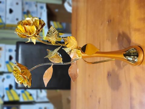 Metalliset koristekukat ja maljakko
