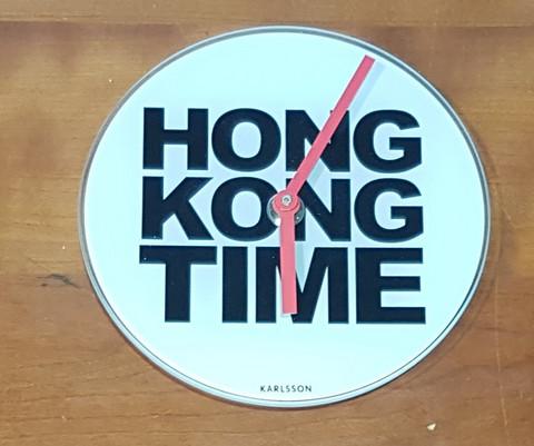 Seinäkello (Lasinen Karlsson Hong Kong Time seinäkello)