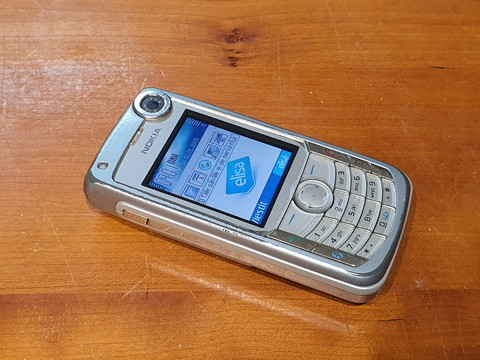 Puhelin (Nokia 6680)