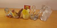 Viisi pientä lasista figuria