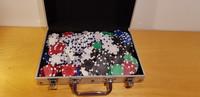 Laukku ja pokerimerkkejä