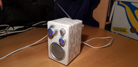 Valkoinen pieni radio (TA-871E)