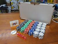 Pokerimerkit (300 kpl) ja salkku
