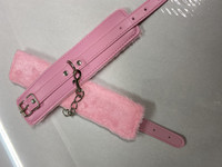 Pinkit pehmustetut käsikahleet fake nahkaa