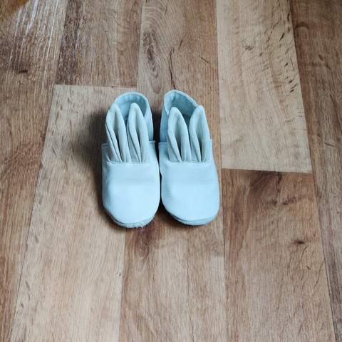 Mannankylässä Children's bunny slippers in white faux leather / recycled leather