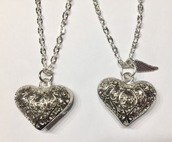 Enkelin kutsuja, hopean värinen sydän. Sis. ketjun, tarinan ja lahjapussin